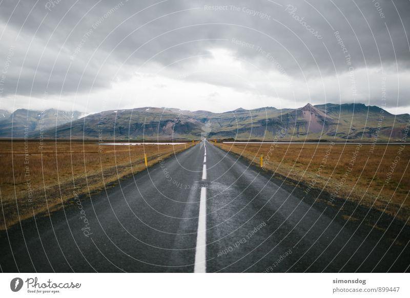 I'm in Iceland. Landschaft Wolken Horizont Herbst Berge u. Gebirge Verkehrswege Straße Verkehrszeichen Verkehrsschild fahren Freiheit Idylle