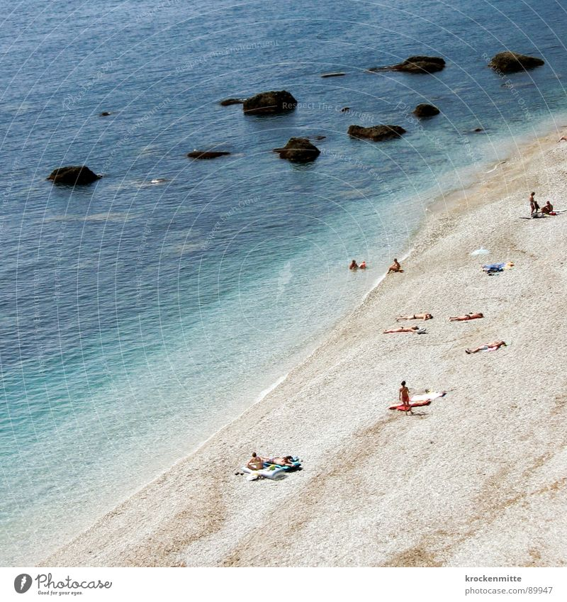 Ein Tag am Meer Strand Frankreich Ferien & Urlaub & Reisen Kies Tourist Badegast Badetuch Wellen Sonnenbad ruhig Vogelperspektive Luftaufnahme Riff