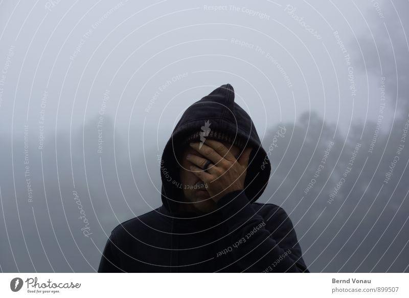 nee, oder? Mensch maskulin Mann Erwachsene Kopf Hand 1 30-45 Jahre grau schwarz Trauer verdeckt Wegsehen blind verstecken Kapuze Kapuzenjacke Ring Baum Nebel