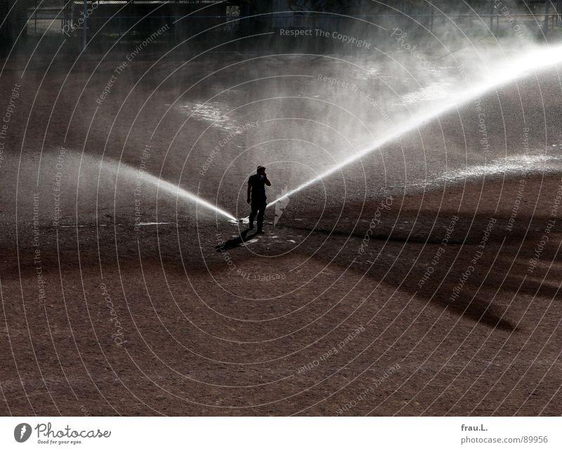 Platzwart Mann Wasser Arbeit & Erwerbstätigkeit nass trocken Fußballplatz Ballsport Wasserfontäne Vorbereitung sprengen St. Pauli