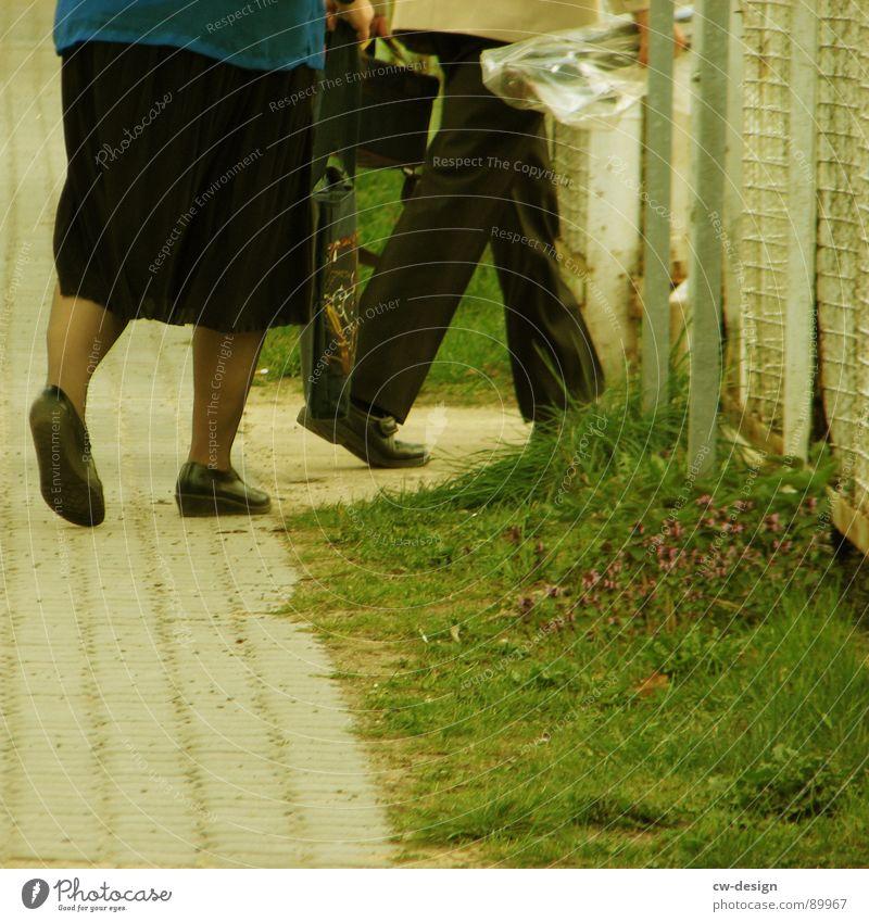 *einlaufende auslaufmodelle* Frau Mann alt Blume Einsamkeit Freude Traurigkeit Senior Wege & Pfade Tod Beine grau Fuß Paar Zusammensein 2