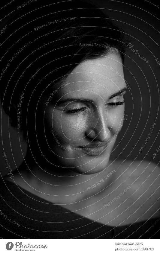 Portrait feminin Leben Gesicht 1 Mensch Gefühle Freude Glück Zufriedenheit Lebensfreude Leidenschaft Vertrauen Geborgenheit Verschwiegenheit Warmherzigkeit
