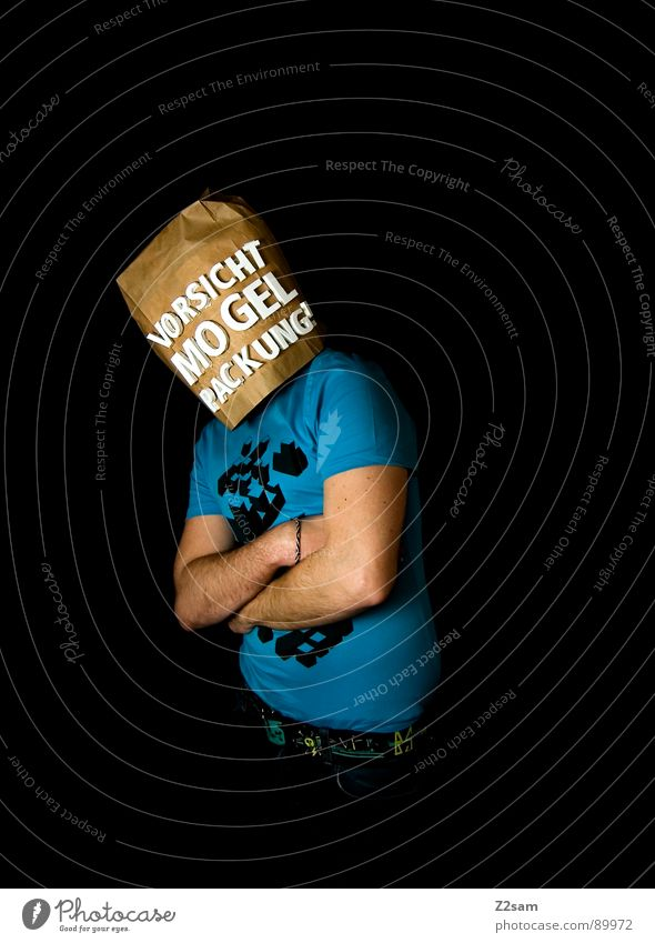 vorsicht Mogelpackung! IX END Mensch Mann blau schwarz Ferne Lebensmittel braun kaufen stehen Buchstaben Industriefotografie Aussicht Ladengeschäft Vorsicht