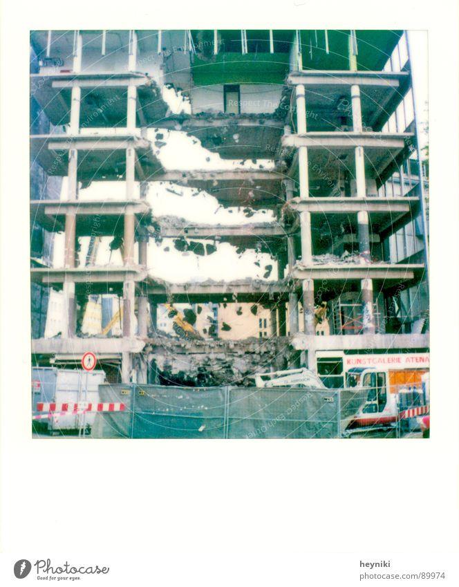 Baulücke Haus Demontage Baustelle kaputt untergehen durchsichtig Ruine dreckig verfallen Stein Loch Zerstörung