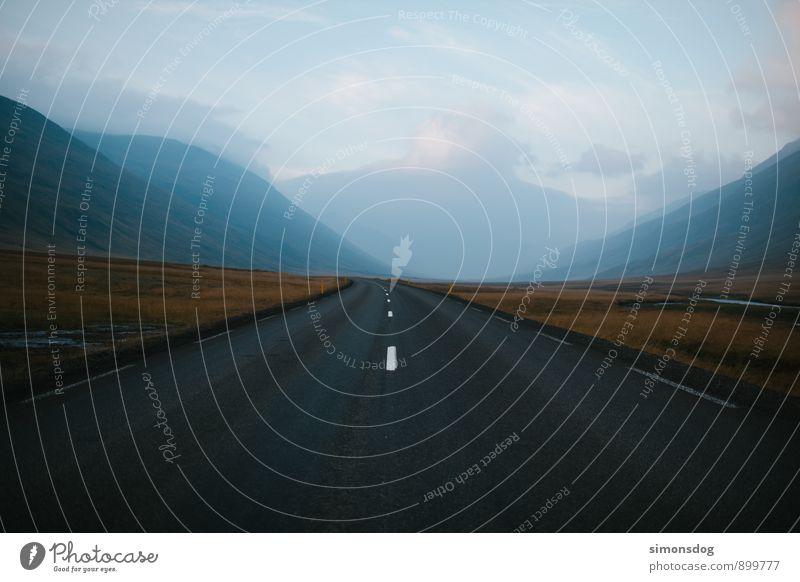 I'm in Iceland. Natur Ferien & Urlaub & Reisen Landschaft kalt Berge u. Gebirge Straße Gras Freiheit Horizont Idylle Verkehrswege Straßenbelag Island Autofahren