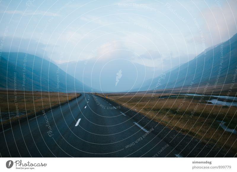 I'm in Iceland. Natur Ferien & Urlaub & Reisen Landschaft kalt Berge u. Gebirge Straße Gras Freiheit Verkehrswege Straßenbelag Island Autofahren Flußbett