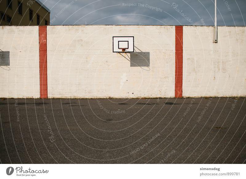 I'm in Iceland. Sport Island Basketball Basketballkorb Wand Mauer Asphalt trist Menschenleer Sportstätten Spielen Farbfoto Gedeckte Farben Außenaufnahme