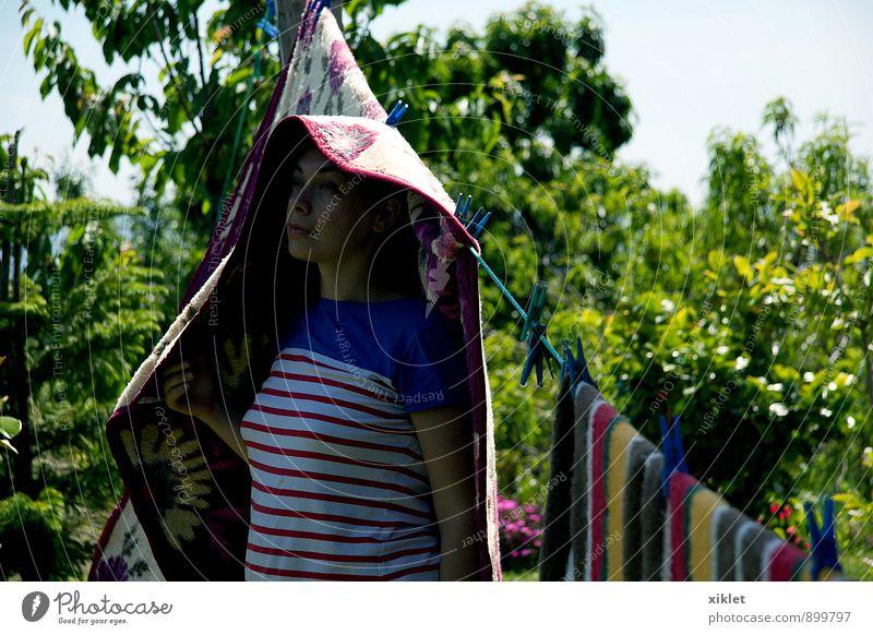 Frau Jugendliche Baum Junge Frau Freude 18-30 Jahre Wärme Liebe Spielen Garten Feld Kindheit Bekleidung Streifen Coolness trocken