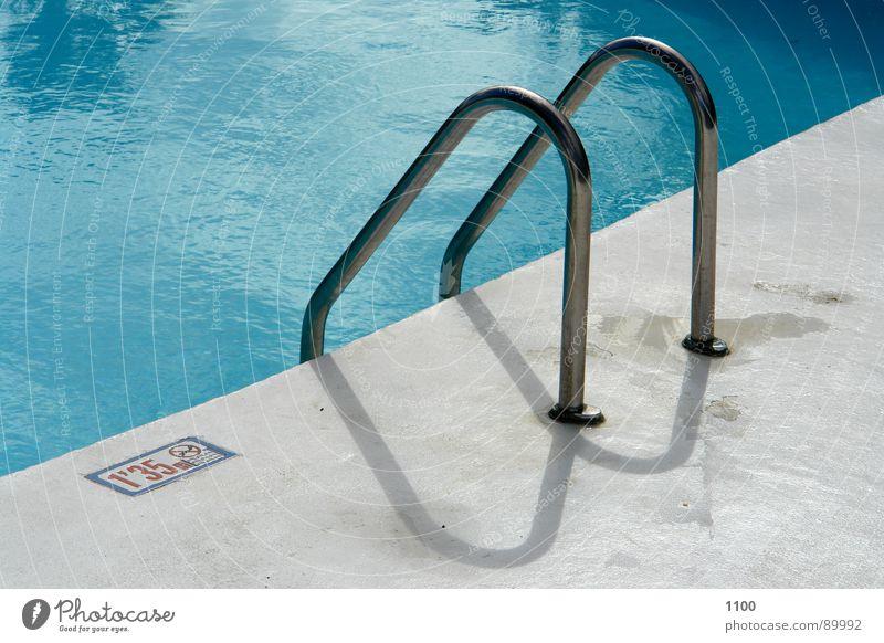 Schwimmbeckeneinstieg blau Wasser Ferien & Urlaub & Reisen Sommer Wärme nass Schwimmbad Physik Geländer Am Rand Glätte Becken hell-blau