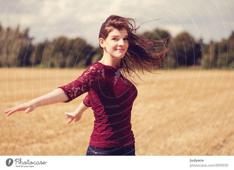 Mit dem Wind Freude Glück schön Sommer Sonne Sport Fitness Sport-Training Mensch feminin Junge Frau Jugendliche Erwachsene 18-30 Jahre Umwelt Natur Herbst Feld