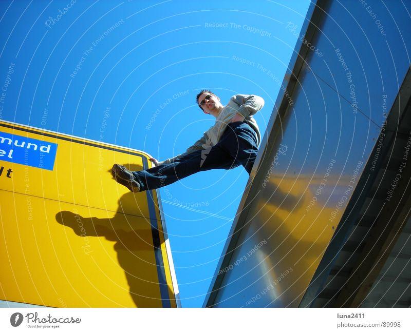 Weg weisend ... Straßennamenschild Garage Dach gelb Mann ausgestreckt lässig Schilder & Markierungen Wegweiser Hinweisschild blau Himmel Schatten Beine