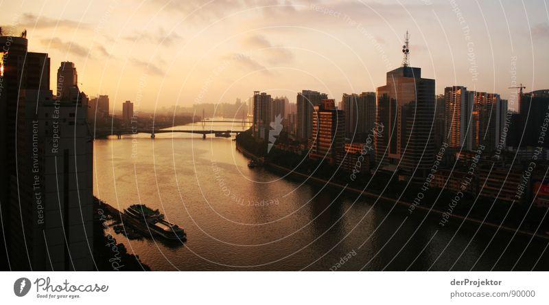 Goldene Zeit Himmel blau Wolken Wasserfahrzeug Stimmung gold Hochhaus Brücke Fluss Asien China Antenne Shanghai