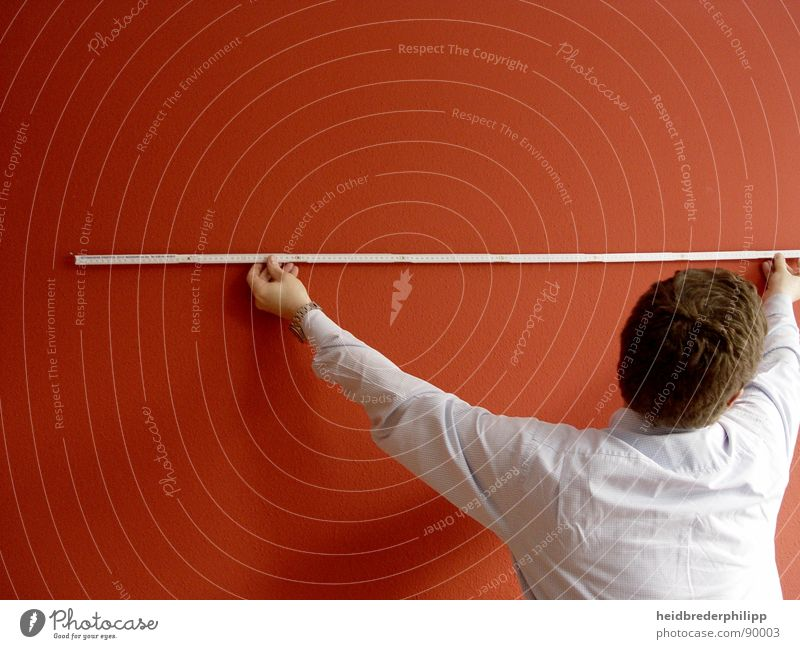 Maßnehmen Mann weiß rot Farbe Wand Linie messen Maßband