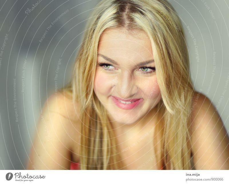 junge lächelnde Frau Mensch feminin Junge Frau Jugendliche Erwachsene 1 18-30 Jahre 30-45 Jahre Haare & Frisuren blond langhaarig schön Gefühle Stimmung Freude