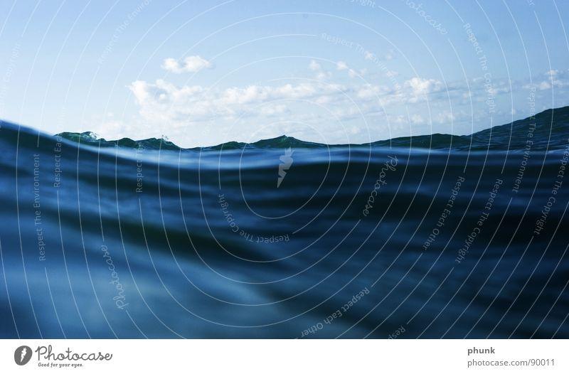wellenberge_täler Wasser Himmel Meer blau Ferien & Urlaub & Reisen Wolken Berge u. Gebirge Bewegung Wellen nass Perspektive Flüssigkeit extrem Tal Salz ähnlich