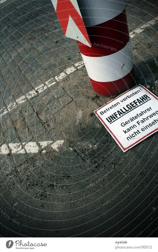 Gefahrenhinweise jetzt endlich auch für gefallene Personen weiß rot schwarz Straße grau Sand Linie dreckig Schilder & Markierungen gefährlich Schriftzeichen Bodenbelag bedrohlich Schutz Asphalt Streifen