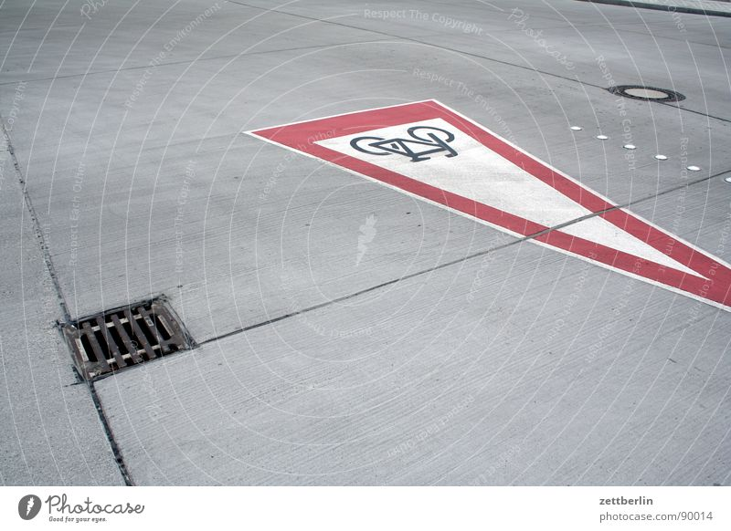 Vorplatz Straße Fahrrad Schilder & Markierungen Beton Verkehr leer Platz rund Asphalt Verkehrswege Gänseblümchen Parkplatz Straßenbelag Gully Teer Fuge