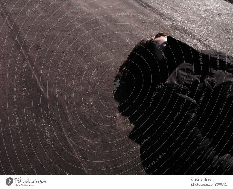 Schwarz auf schwarz Frau schwarz dunkel grau hell liegen Perspektive Streifen Dach Falte Konzentration Jacke bleich Pullover Anschnitt Dreieck