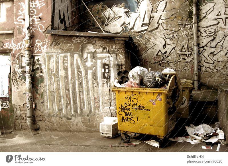 BERLINER HINTERHOFROMANTIK Hinterhof Haus Wand Putz Regenrinne Fass Müllbehälter Grüner Punkt Recycling Geruch Graffiti Verfall sozial dreckig Müllsack