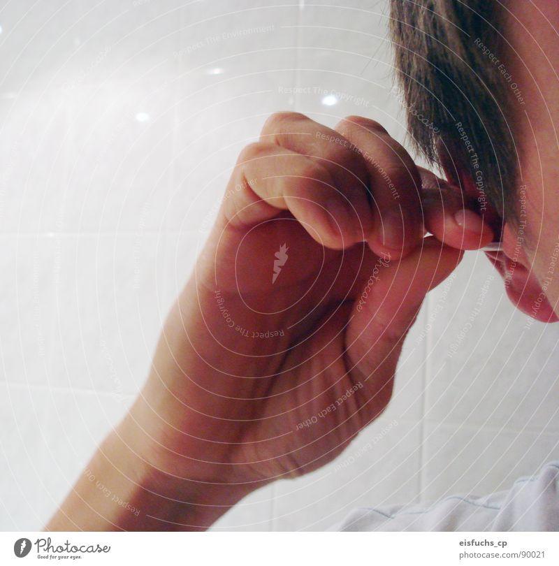 einmal öhrchen putzen, bitte! Aber still halten, ja? Mensch Mann Hand Gefühle Kopf Ohr Sauberkeit rein Klarheit Reinigen hören machen Vorsicht Intuition