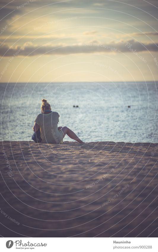 warten auf den Sonnenuntergang Mensch Frau Himmel Natur Ferien & Urlaub & Reisen Jugendliche blau Wasser Sommer Meer Junge Frau Wolken Strand Ferne Erwachsene