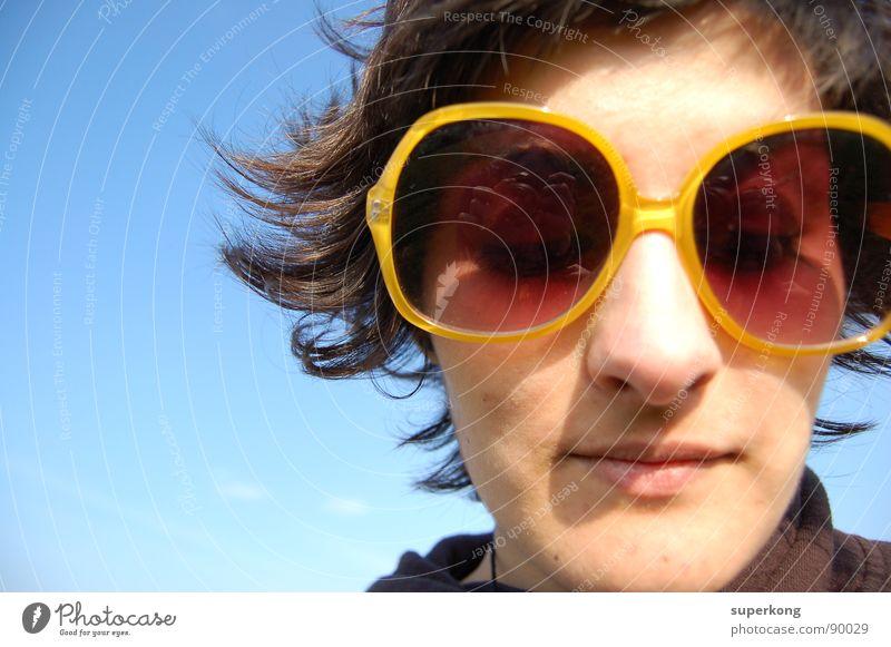 Sun Junge Frau Jugendliche Erwachsene 18-30 Jahre Sonnenbrille geschlossene Augen Porträt Frauengesicht Frauenkopf Anschnitt Bildausschnitt Hintergrund neutral
