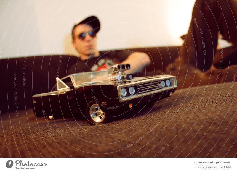 charge me baby (part I) Mann Jugendliche Erholung klein PKW braun liegen Brille Autotür Sofa Mütze Wohnzimmer zeigen Typ Stolz Haushalt