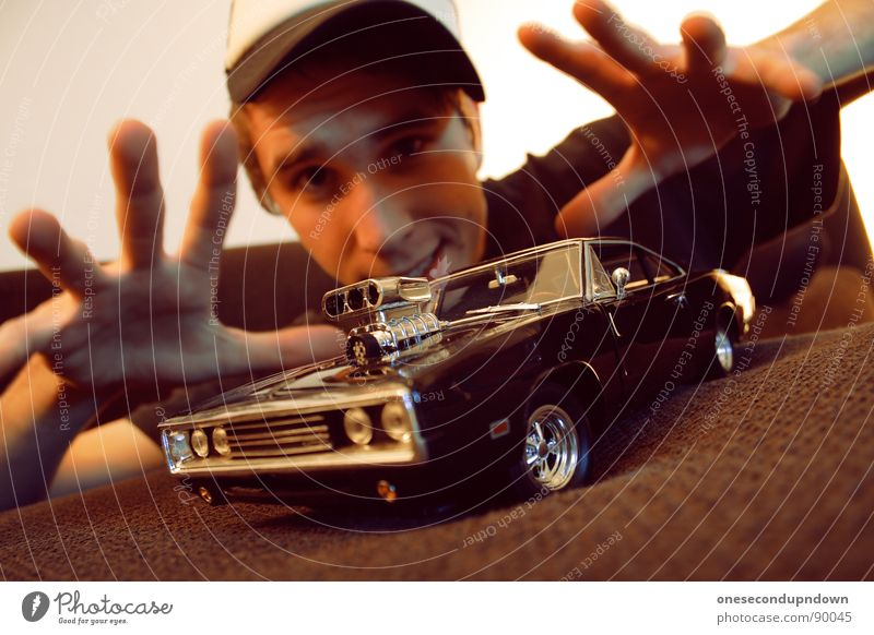 charge me baby (part II) Mann Jugendliche Freude klein PKW braun liegen Finger Autotür Sofa Mütze Wohnzimmer zeigen Typ Stolz Haushalt