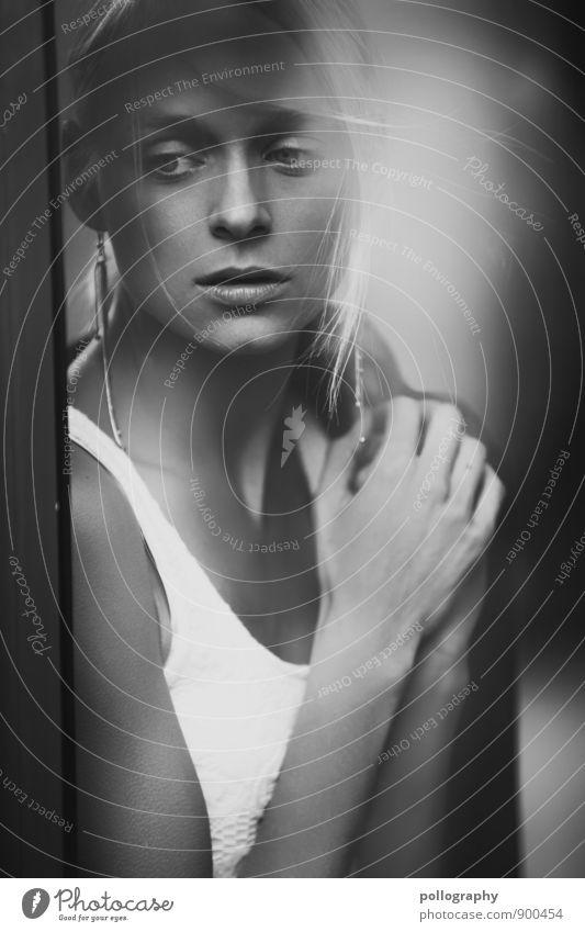 i miss you Mensch feminin Junge Frau Jugendliche Erwachsene Leben Körper 1 18-30 Jahre Mauer Wand Fenster Mode T-Shirt Ohrringe blond langhaarig Gefühle