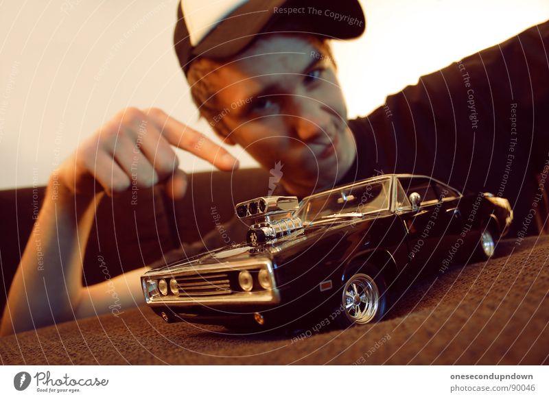 charge me baby (part III) Mann Jugendliche Freude klein PKW braun liegen Finger Autotür Sofa Mütze Wohnzimmer zeigen Typ Stolz Haushalt