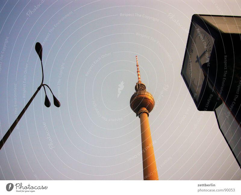 Alexanderplatz Mitte Laterne Lampe steil aufsteigen Dämmerung Uhr Normaluhr Wahrzeichen Denkmal Berlin city (ost) DDR Berliner Fernsehturm kein telespargel