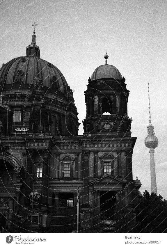 thick and thin in berlin analog Deutscher Dom Gotteshäuser Wahrzeichen Denkmal Berlin Black & White Filmindustrie Ilford HP5 400 Scan Yashica T3 Photocase