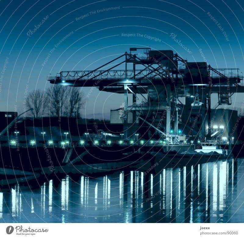 Hafenkran blau Wasser Metall Beleuchtung Wasserfahrzeug Arbeit & Erwerbstätigkeit Industrie Duisburg Schifffahrt Stahl Anlegestelle Abenddämmerung Gewicht Kran