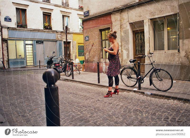 Ruhe in der Rue ruhig Einsamkeit Straße Fahrrad Fotografie Tourismus Paris Kopfsteinpflaster Frankreich