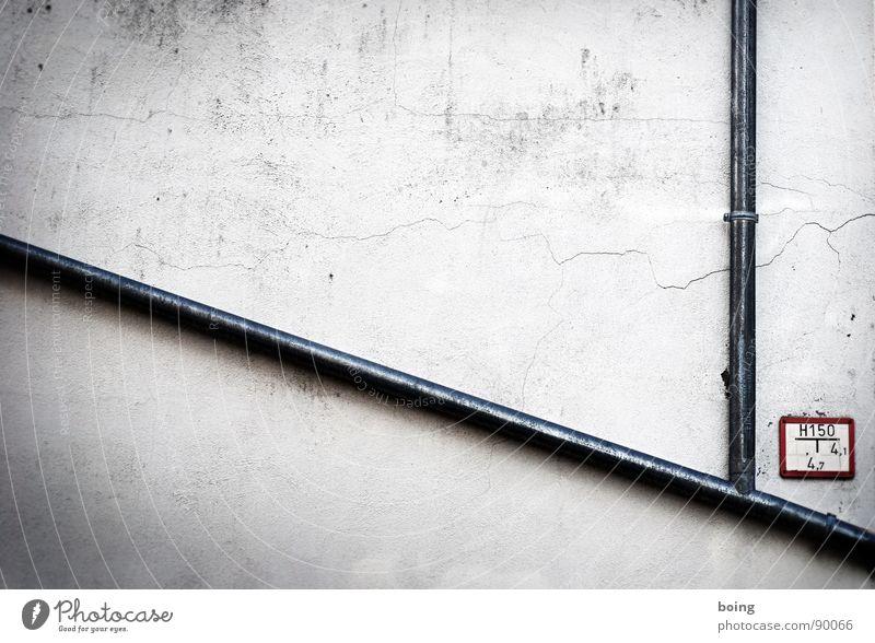 schönes Mädchen am Strand. Wasser sucht sich seinen eigenen Weg Wasser Haus Wand Mauer Regen Brand Schilder & Markierungen Feuer Sicherheit Ecke trist Verbindung Röhren Hinweisschild Eisenrohr Tafel
