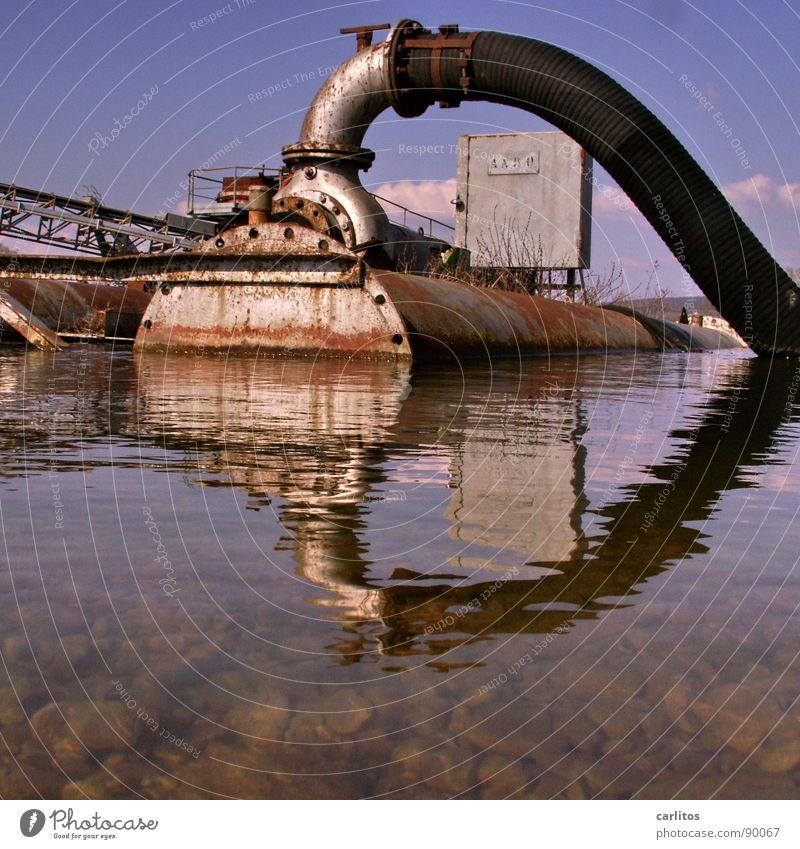 Herz-Kreislaufsystem Kiesgrube Ponton Rost Reflexion & Spiegelung 2 Pumpe abpumpen trockenlegen Saugrohr Im Wasser treiben Schlauch industriell Tank Pumpstation