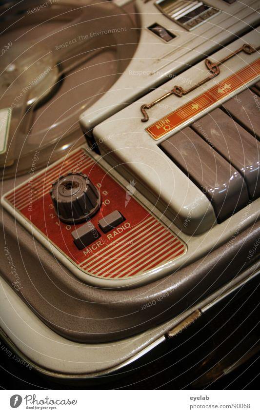 Ein besseres Leben durch analoge Unterhaltungstechnik ? alt grau Metall Musik orange Design Schriftzeichen Elektrizität beobachten retro Technik & Technologie Vergänglichkeit berühren Kunststoff Typographie Statue