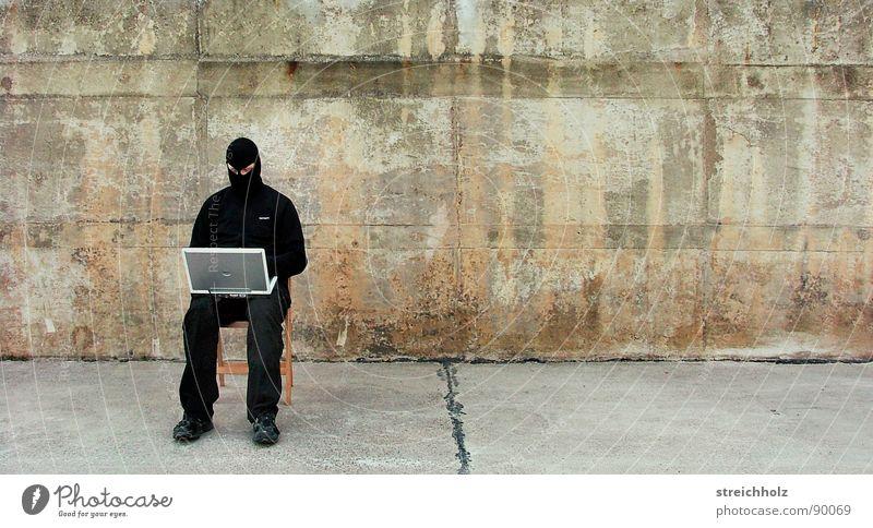 Hacken im freien III Selbstständigkeit Terrorismus Notebook Holzstuhl skurril anonym Computer schwarz Block Antifaschismus Aktion Rebell Aktivist Hacker