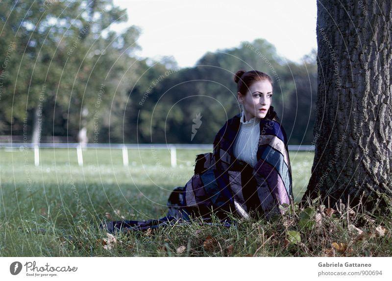 End of summer feminin 1 Mensch 18-30 Jahre Jugendliche Erwachsene sitzen grün Sehnsucht Baum verstecken Frau eingewickelt Farbfoto Außenaufnahme