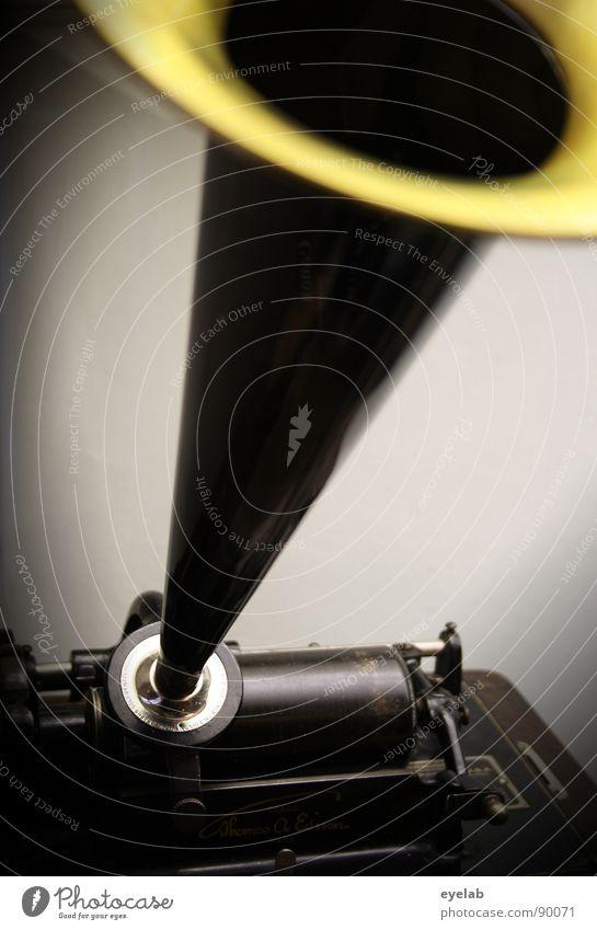 Von wegen: Opa mag keine laute Musik !? Schallplatte Trichter Verstärker retro Trommel Klang Schlager Zwanziger Jahre Motor Kurbel Blech Messing Walze Mechanik