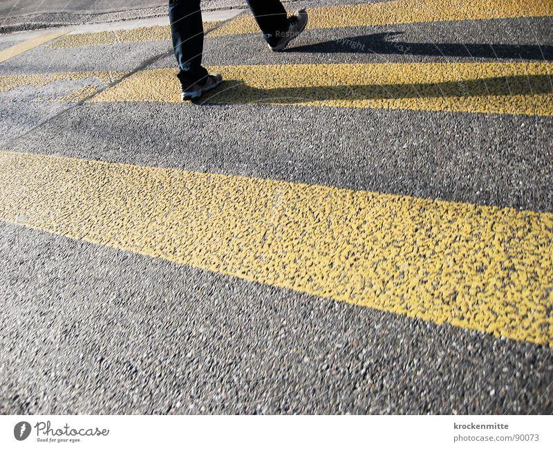 traverser la route Zebrastreifen Fußgänger Schuhe gelb Asphalt Verkehr Stadt gehen Überqueren betoniert Teer Streifen Straßennamenschild Schatten
