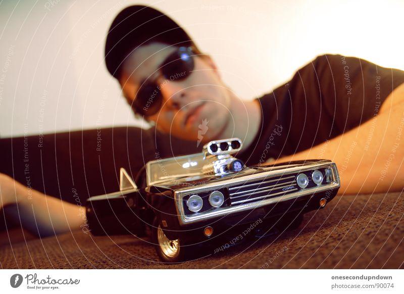 charge me baby (part IV) Mann Jugendliche Erholung klein PKW braun liegen Brille Autotür Sofa Mütze Wohnzimmer zeigen Typ Sonnenbrille Stolz