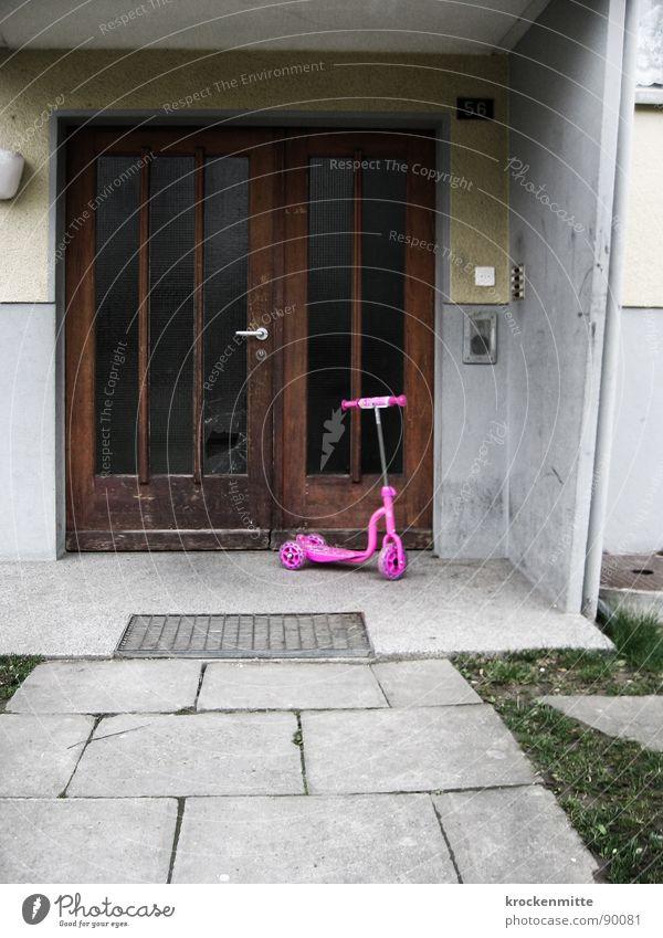 Pretty in Pink Haus Einsamkeit Wiese grau Traurigkeit rosa Tür Trauer trist Häusliches Leben Kindheit Eingang schäbig Fahrzeug Klingel Plattenbau
