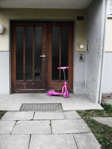 Pretty in Pink rosa Scherbe Eingang Bodenplatten Wiese Trauer Farbfleck Haus Dreirad trist Wohnsiedlung Hausnummer Fahrzeug grau Vorstadt Einsamkeit