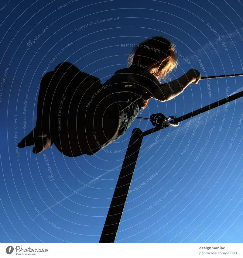 Engelchen flieg... Kind Himmel blau Mädchen Freude schwarz oben Haare & Frisuren blond fliegen Seil verrückt Kleid festhalten Schönes Wetter Eisenrohr