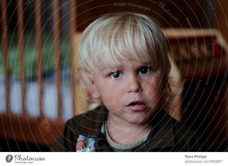is was? Wohnung Kinderzimmer Kindererziehung Kindergarten Mensch Kleinkind Junge Kindheit Kopf Gesicht 1 1-3 Jahre blond Locken gitterbett beobachten Blick klug