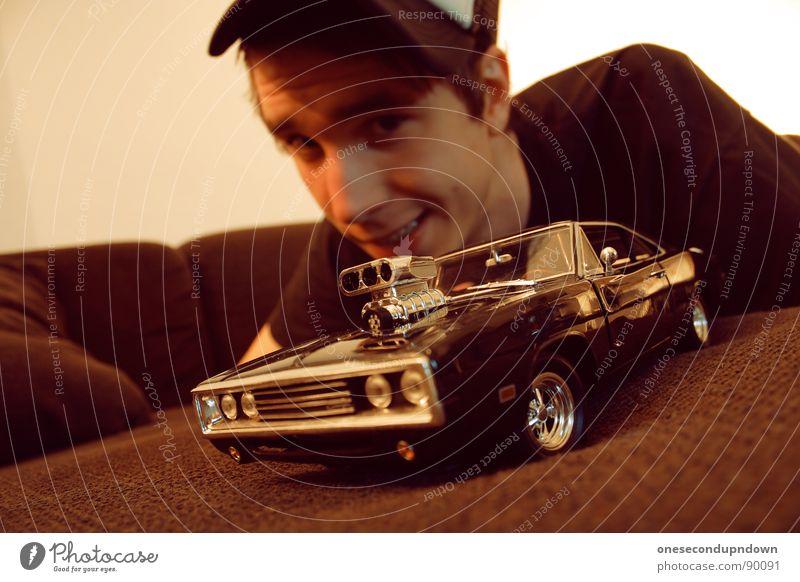 charge me baby (part V) Mann Jugendliche Erholung klein PKW braun liegen Autotür Körperhaltung Sofa Mütze Wohnzimmer grinsen zeigen Typ Stolz