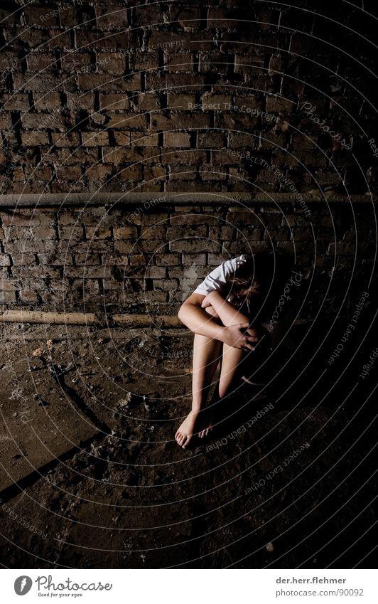 allein Licht Hemd T-Shirt Backstein Spinne Keller Mädchen Frau Knie Hand Leitung Staub verfallen kaputt Angst Panik Schatten Beine Fuß dreckig Bodenbelag