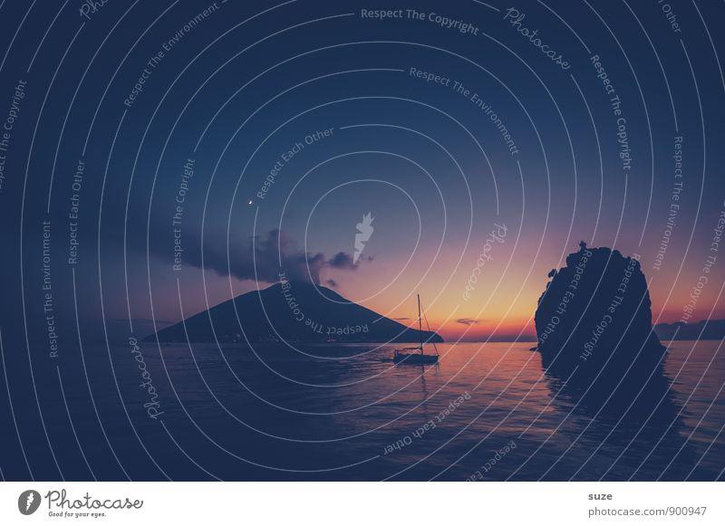 Heimatlos Natur Ferien & Urlaub & Reisen Meer Landschaft dunkel Reisefotografie Berge u. Gebirge Küste außergewöhnlich Felsen Wasserfahrzeug Insel Aussicht