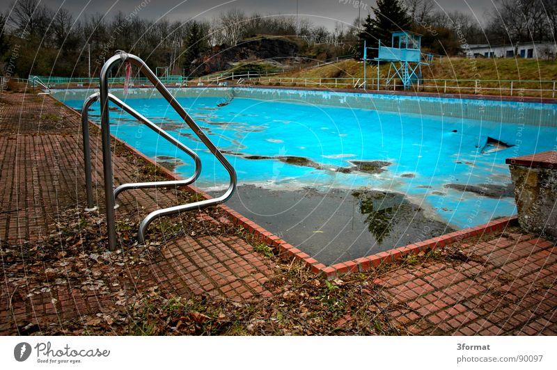 pool alt Sommer Einsamkeit kalt Herbst Sport Spielen Traurigkeit träumen Angst Freizeit & Hobby leer trist Trauer Bad Schwimmbad